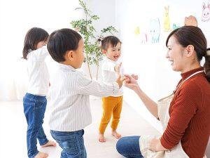 保育士と子供達