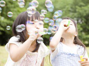 シャボン玉で遊ぶ子供達